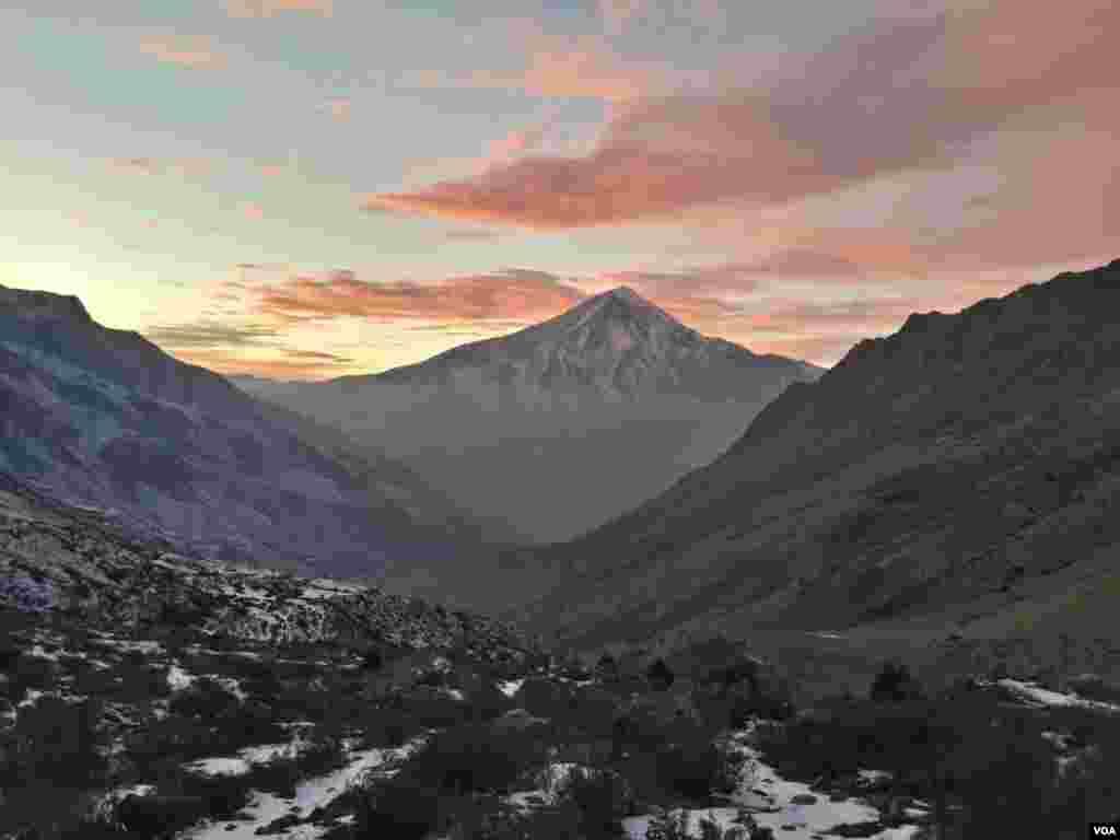 روستای وانا و نمای شرقی قله دماوند. عکس: محمد (ارسالی شما)