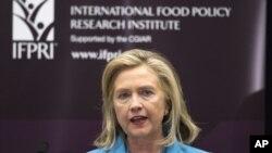 Menteri Luar Negeri Amerika, Hillary Clinton mengumumkan rencana pemerintah AS untuk memperbaiki hubungan dengan Burma.
