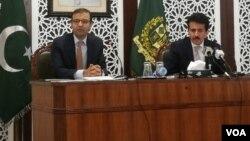 ڈائریکٹر جنرل وزارتِ خارجہ زاہد حفیظ اور ایدیشنل اٹارنی جنرل احمد عرفان نیوز کانفرنس کر رہے ہیں۔