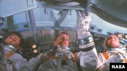 Экипаж «Аполлона-1» - Вирджил Грисс, Эдвард Уайт и Роджер Чаффи - трагически погибли в результате пожара во время репетиции запуска ракеты
