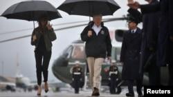 Presiden AS Donald Trump (tengah) dan Melania Trump (kiri) mengunjungi Corpus Chriti, Texas, Selasa (29/8).