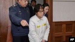 Choi Soon-sil, es presentada en el primer día de su juicio en Seúl, Corea del Sur.