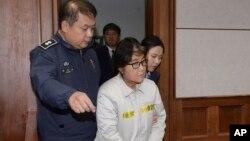 Bà Choi Soon-sil, bạn của cựu Tổng thống Hàn quốc Park Geun-hye, ra tòa án Seoul ngày 19/12/2016.