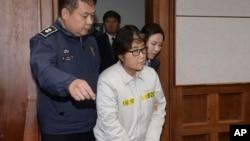 Choi Soon-sil, centro, la confidente de la ex presidenta surcoreana Park Geun-hye, fue condenada a 20 años de prisión por su participación en el escándalo de corrupción.