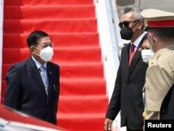 Pemimpin junta Myanmar Jenderal Min Aung Hlaing (kiri) memberi isyarat saat penyambutan kedatangannya menjelang KTT ASEAN, di Bandara Internasional Soekarno Hatta di Tangerang, Banten, 24 April 2021. (Foto: Reuters)