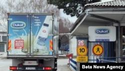 """Kompanija """"Dukat"""" je privremeno obustavila otkup svežeg sirovog mleka sa 180 farmi u istočnoj Hrvatskoj, zbog povećane koncentracije aflatoksina u mleku."""