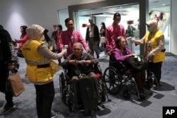 Petugas kesehatan memindai suhu tubuh penumpang saat tiba di Bandara Internasional Soekarno-Hatta di Tangerang, Rabu, 22 Januari 2020. (AP)