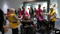 Para petugas memeriksa suhu tubuh penumpang dari luar negeri yang baru tiba di bandara Soekarno-Hatta di tengah perebakan virus COVID-19 varian baru (foto: dok).