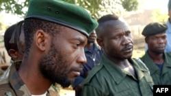 Floribert Kisembo (à g.), chef de cabinet de l'UPC, et Mathieu Ngudjolo du Front de résistance patriotique de l'Ituri (FRPI) à Bunia, en RDC, le 18 mai 2003. (Marco Longari / AFP)
