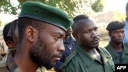 Mathieu Ngudjolo (C) ya FRPI (Front pour la résistance patriotique (FPRI) na Floribert Kisembo (G) mokambi ya UPC (Union des patriotes congolais) na Bunia, Ituri, 18 mai 2003.