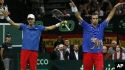 Pasangan ganda putera Republik Ceko, Tomas Berdych (kiri) dan Radek Stepanek merayakan kemenangan atas ganda Spanyol Marcel Granollers dan Marc Lopez di Praha, Sabtu (17/11).