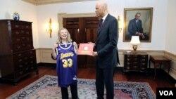 Según la secretaria Hillary Clinton destacó la carrera de Kareem Abdul-Jabbar y celebró recibir la mítica camiseta 33 de los Lakers.