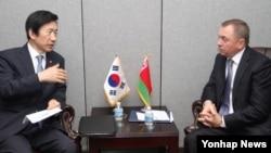제71차 유엔 총회 참석차 뉴욕을 방문 중인 윤병세 한국 외교부 장관(왼쪽)이 19일 블라디미르 마케이 벨라루스 외교장관과 회담하고 있다.