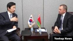 지난달 제71차 유엔 총회 참석차 뉴욕을 방문한 윤병세 한국 외교부 장관(왼쪽)이 19일 블라디미르 마케이 벨라루스 외교장관과 회담하고 있다. (자료사진)