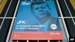 Poster mendiang Presiden John F. Kennedy dipajang di depan Kennedy Center di Washington DC (foto: ilustrasi).
