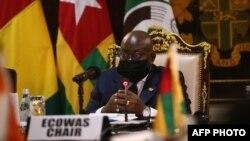 La présidente du Ghana, Nana Akufo-Addo, est vue à la réunion de la Communauté économique des États de l'Afrique de l'Ouest (Cédéao) à Accra, au Ghana, le 15 septembre 2020.