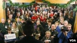 Kandidat Calon Presiden Amerika dari partai Republik, Mitt Romney, berbicara di depan para pendukungnya di Iowa (1/1).