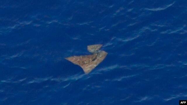 Một vật thể trôi trên biển được máy bay tìm kiếm của Không quân Australia chụp hình lại, ngày 29 tháng 3, 2014. Chưa thể xác nhận được liệu những vật được phát hiện này có phải là mảnh vỡ máy bay mất tích hay không.