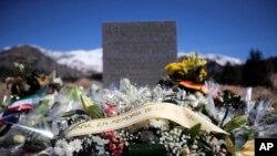 Sebuah tugu peringatan dan karangan-karangan bunga bagi korban jatuhnya pesawat Germanwings, terlihat di Le Vernet, Perancis.