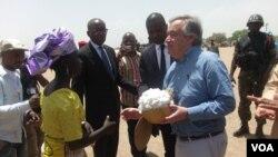 Le Haut-Commissaire de l'ONU pour les réfugiés Antonio Guterres salue des réfugiés nigérians au camp de réfugiés Minawao au Cameroun, le 25 Mars, 2015. (Moki Edwin Kindzeka / VOA)