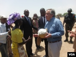 U.N. refugee chief Antonio Guterres greets Nigerians at the Minawao camp in Cameroon, March 25, 2015. (Moki Edwin Kinzeka / VOA)