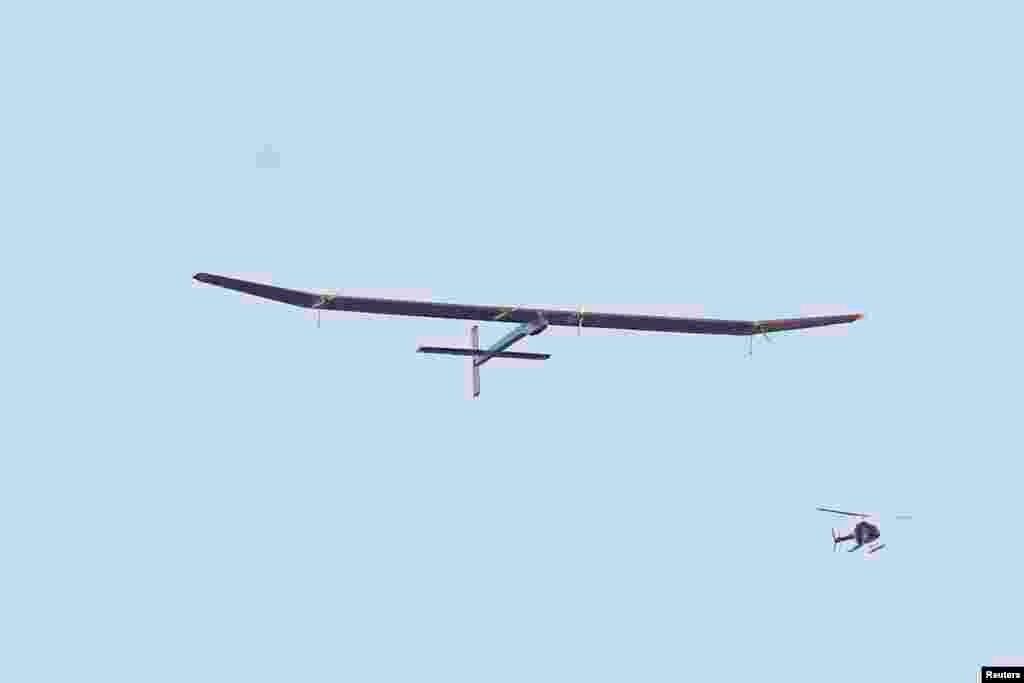 """""""Solar Impulse"""" günəş enerjisi ilə çalışan təyyarə Amerika Missiyasının ilk mərhələsi üçün Kaliforniyadan havaya qalxır. Mayın 3-ü, 2013-cü il."""