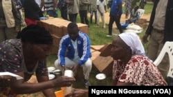 Unedéplacée recevant de l'huile à Mbandza Ndounga, Congo, 18 juin 2018. (VOA/Ngouela NGoussou)