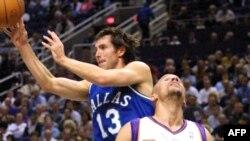 Le défenseur de Mavericks, Steve Nash, à gauche, dans un duel avec Jason Kidd de Suns de Phoenix lors d'un match de la NBA, à Phoenix, 15 novembre 2000