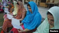 12일 탈레반에 피습당한 말랄라 유사프자이 양의 쾌유를 빌며 기도하는 선생님들.