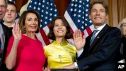 미국 116대 연방의회가 개원한 지난 3일 톰 말리노스키 하원의원이 낸시 펠로시 하원의장의 주관 하에 의원선서를 하고 있다.