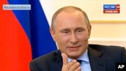 Rusya Cumhurbaşkanı Vladimir Putin basın toplantısında soruları yanıtlarken