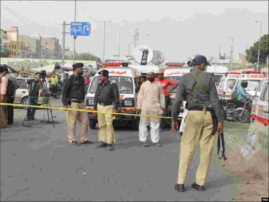 دھماکے کے بعد پولیس اور سیکورٹی اہلکار جائے وقوعہ پر پہنچ گئے۔