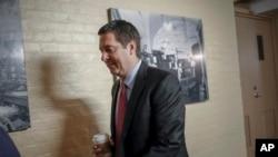 El presidente del Comité de Inteligencia de la Cámara de Representantes, Devin Nunes, republicano de California, un aliado cercano del presidente Donald Trump que se ha convertido en un feroz crítico del FBI y el Departamento de Justicia, avanza hacia una conferencia republicana en el Capitolio en Washington, el martes 30 de enero. 2018.