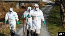 Cảnh sát trang bị bằng dụng cụ bảo vệ đặc biệt mở cuộc tìm kiếm thi thể các nạn nhân trong khu vực ô nhiễm bị phong tỏa xung quanh nhà máy điện hạt nhân Fukushima