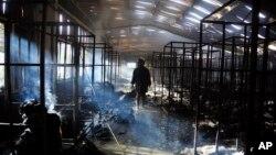9일 방글라데시 다카 외곽 의류공장에서 화재가 발생한 가운데, 소방관이 현장을 조사하고 있다.