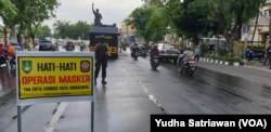 Suasana Pemkot Solo dan kepolisian menggelar operasi masker di jalanan kota Solo, Kamis (8/10). (Foto: VOA/Yudha Satriawan)
