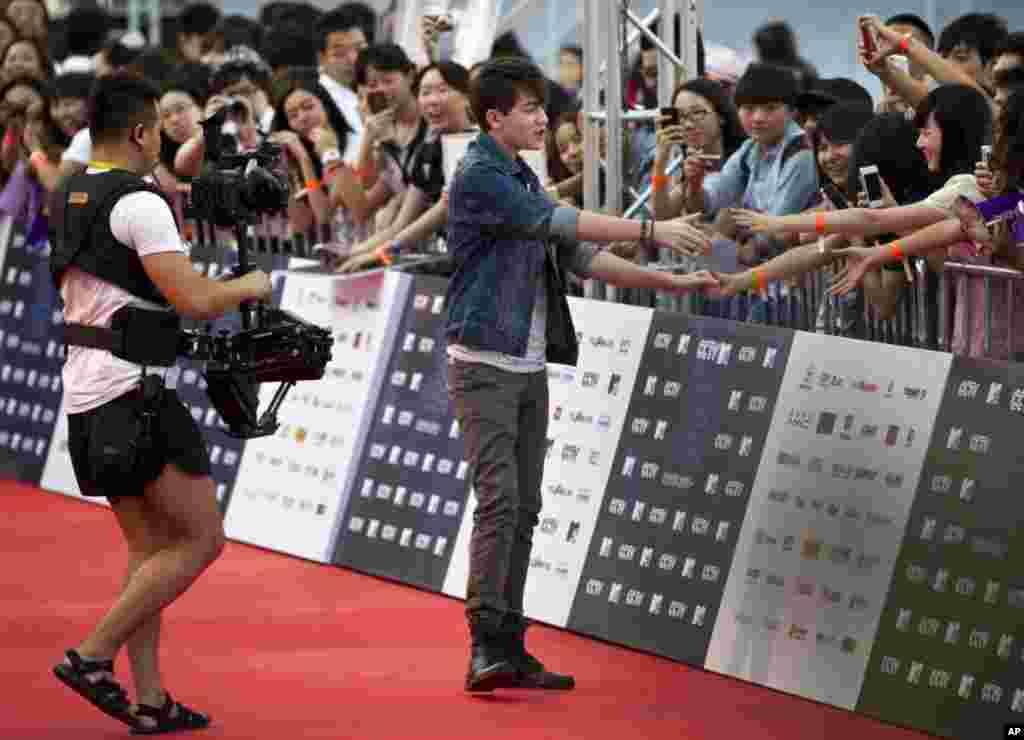 استقبال علاقمندان چینی از «گريسون چانس» خواننده آمریکايی پس از ورود او به جشن جایزه MTV که در پايتخت چين، پکن، برگزار شد. (AP)