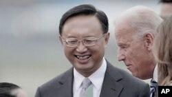 환영 꽃다발을 받는 조 바이든 미국 부통령