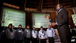 Untuk mencairkan suasana di tengah perhitungan suara pemilihan presiden Kenya, para anggota paduan suara ini mendendangkan lagu-lagu di depan papan pengumuman hasil penghitungan suara di Pusat Penghitungan Suara di Nairobi, Kenya (7/3).