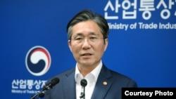 성윤모 한국 산업통상자원부 장관은 12일 브리핑을 통해 일본을 수출 절차 우대국가 명단인 '백색국가'에서 제외했다고 밝혔다. 출처: 한국산업통상자원부 웹사이트 캡처.