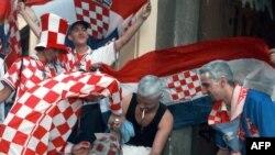 De jeunes supporters croates se teignent les cheveux aux couleurs de l'équipe de Croatie devant le Torcida, seul bar croate de la capitale, à Paris, le 08 juillet 1998