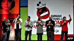 相声演员们在安曼举行的美国单口相声节上
