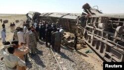 Nhân viên cứu hộ và cư dân tụ tập tại hiện trường vụ xe lửa trật trật đường ray trong tỉnh Balochistan, Pakistan ngày 21/10/2013.