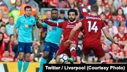Mohamed Salah de Liverpool, 2e à droite, contrôle le ballon avant de marquer lors d'un match de Premier League contre Bournemouth, au stade Anfield de Liverpool, 14 avril 2018. (Twitter/Liverpool