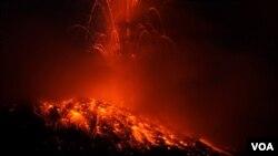 El volcán Tungurahua durante una de las explosiones en Pelileo, Ecuador.