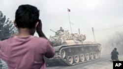 Quân đội Thổ Nhĩ Kỳ tiến về biên giới Syria, ở Karkamis, Thổ Nhĩ Kỳ, 25/8/2016.