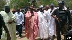 Gwamna jihar Borno Kashim Shettima, a tsakiya lokaci da ya kai ziyara makarantar sakandare na Chibok. An dauki hoton nan 21 ga Afrilu 2014.