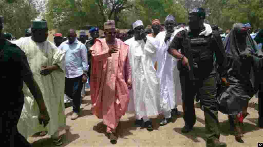 Gwamna jihar Borno Kashim Shettima, a tsakiya lokaci da ya kai ziyara makarantar sakandare na Chibok.An dauki hoton nan 21 ga Afrilu 2014.