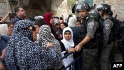 Muslim Palestina menunggu selagi penjaga perbatasan Israel memeriksa dokumen dan barang milik mereka di pintu masuk Masjid of al-Aqsa di Yerusalem, 20 April 2014.