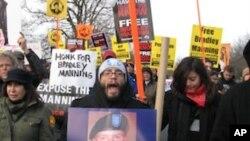 抗议者12月17日在军事法庭所在的米德堡军营外示威,支持美国军人曼宁